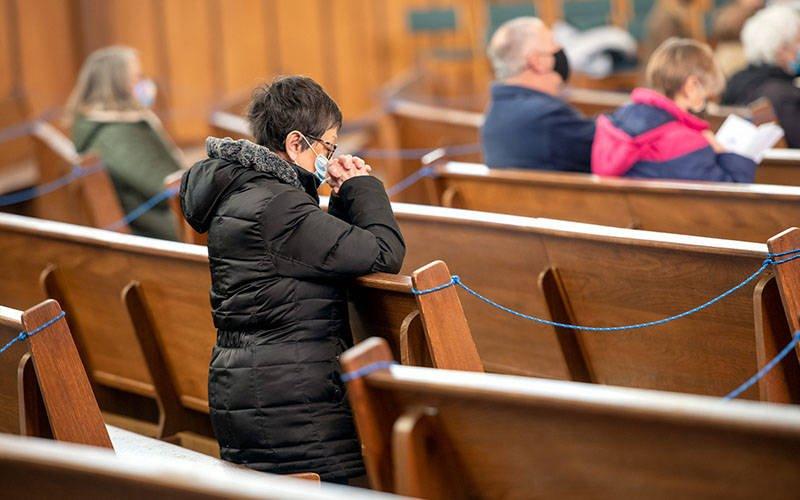 Una feligresa se arrodilla en la iglesia de Nuestra Madre de los Dolores en Grecia antes de recibir las cenizas el 17 de febrero.