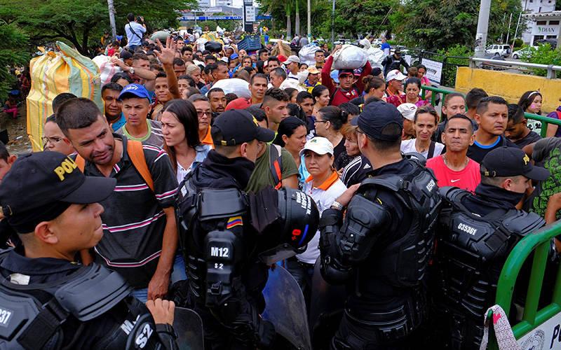 Agentes de polic'a antidisturbios colombiana en Cœcuta bloquea el camino hacia el lado colombiano en la frontera entre Colombia y Venezuela el 2 de abril de 2019. La administraci—n Biden anunci— el 8 de marzo de 2021 que ofrecera 18 meses de Estatus de Protecci—n Temporal a unos 320,000 venezolanos en los EE. UU. que huyen del colapso econ—mico y conflictos pol'ticos de su pa's. (Foto CNS por Ferley Ospina/Reuters)