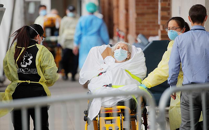 Paramédicos llevan a un paciente al hospital.