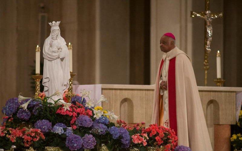 El arzobispo de Washington Wilton D. Gregory celebra una liturgia especial para renovar la consagración de los Estados Unidos al cuidado de nuestra Santísima Madre en la Basílica del Santuario Nacional de la Inmaculada Concepción en Washington el 1 de mayo de 2020, durante la pandemia de coronavirus.