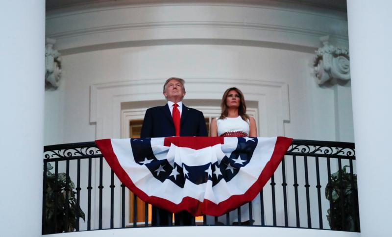 El presidente Donald Trump y la primera dama Melania Trump aparecen en la Casa Blanca en Washington el 4 de julio de 2020. Se espera que el presidente vuelva a presentar documentos pronto para finalizar el programa de Acción Diferida para los Llegados en la Infancia, una respuesta al reciente fallo de la Corte Suprema.