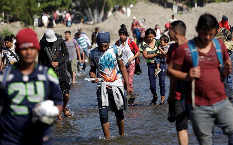 Una caravana de migrantes de Centroamérica que intentaba llegar a Estados Unidos fue vista a fines de enero cruzando un río cerca de Ciudad Hidalgo, México. Los ministerios católicos para migrantes en Guatemala están asistiendo a una caravana de aproximadamente 3,000 migrantes que ingresó a Guatemala el 1 de octubre después de partir la noche anterior de San Pedro Sula, Honduras.