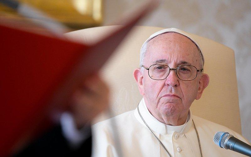 El papa Francisco aparece durante su audiencia general desde la biblioteca del Palacio Apostólico en el Vaticano el 11 de noviembre de 2020. Un día después de que el Vaticano publicara su extenso informe sobre el excardenal Theodore E. McCarrick, el papa renovó la promesa de la Iglesia Católica de poner fin al abuso sexual.