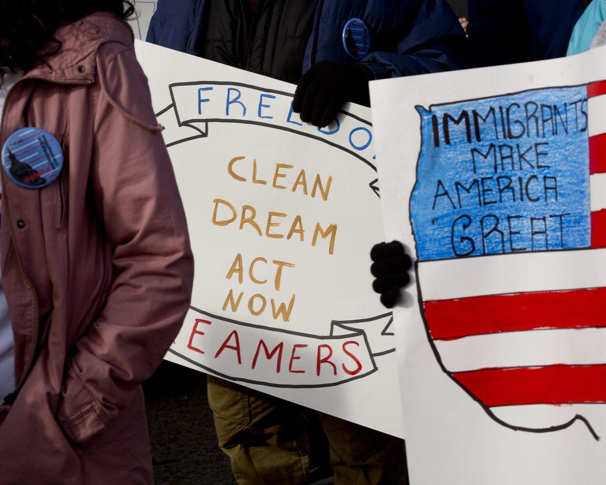 Partidarios de la reforma migratoria integral se reœnen cerca del Capitolio de los Estados Unidos en Washington en esta foto de archivo de 2017.