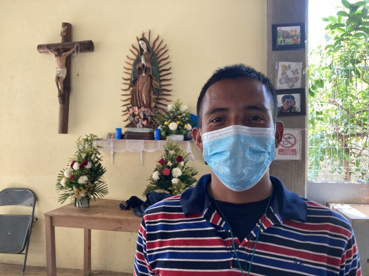 El migrante hondureño Ángel David, de 25 años, posa para una foto el 27 de marzo de 2021 en UN albergue diocesano EN Palenque, México. Quiere llegar a Estados Unidos para trabajar y construir una casa para su familia en Honduras.
