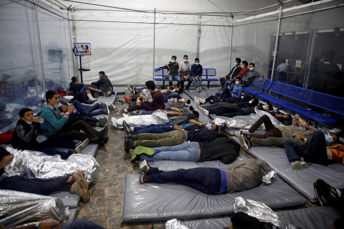 Jóvenes migrantes aparecen en esta foto del 30 de marzo de 2021 en el centro de detención Donna en Donna, Texas, establecido en febrero por la Oficina de Aduanas y Protección Fronteriza de EE. UU., una agencia del Departamento de Seguridad Nacional.