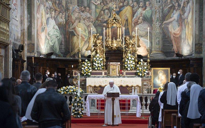 El papa Francisco celebra misa de Domingo de la Divina Misericordia en la Iglesia del Espíritu Santo cerca del Vaticano en Roma el 11 de abril de 2021.