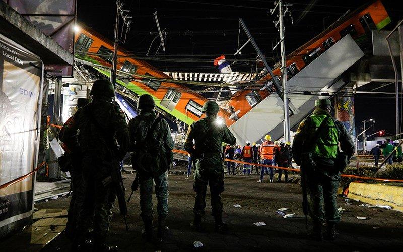 Esta foto muestra el sitio donde una estructura del metro colapsó parcialmente con vagones de un tren en la estación Olivos en la Ciudad de México el 4 de mayo de 2021.