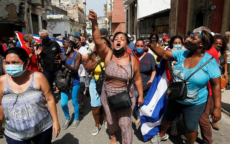 Partidarios del gobierno reaccionan durante protestas en La Habana el 11 de julio de 2021. Miles de cubanos salieron a las calles para manifestaciones antigubernamentales protestando la falta de alimentos y medicinas mientras el país pasa por una crisis económica agravada por la pandemia de COVID-19 y sanciones de Estados Unidos. (Foto CNS por Reuters)