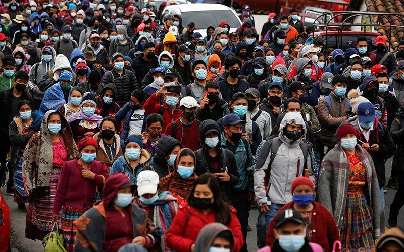 Guatemaltecos piden la renuncia del presidente Alejandro Giammattei y la procuradora general María Consuelo Porra durante una protesta en San Cristóbal Totonicapán el 29 de julio de 2021.