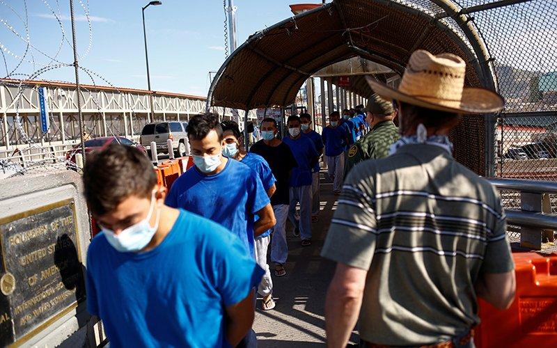 Migrantes que entraron a Estados Unidos son expulsados a México por el puente fronterizo internacional Paso del Norte, en esta imagen tomada desde Ciudad Juárez, México, 29 de julio de 2021.