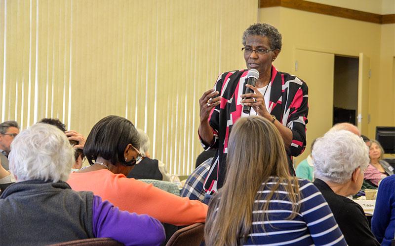 """La Hermana Patricia Chappell, directora ejecutiva de Pax Christi USA, habla durante el taller """"Construyendo la comunidad amada: Racismo y más allá"""", que fue realizado en la Escuela de Teología y Ministerio San Bernardo en Pittsford, del 12 al 13 de abril."""