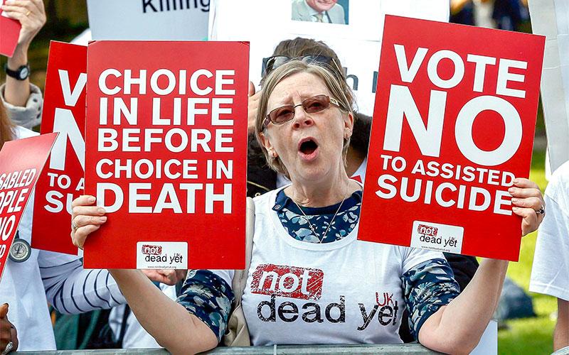 Una mujer protesta contra el suicidio asistido durante una manifestación en Londres en 2015.
