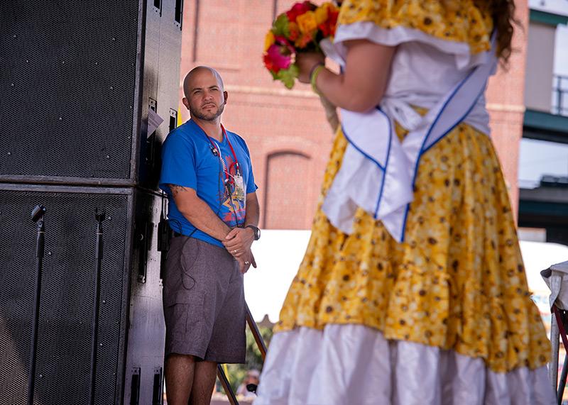 El presidente del Festival Puertorriqueño de Rochester, Orlando Ortiz, se encuentra fuera del escenario durante el Festival Puertorriqueño de 2019 el 16 de agosto en el Frontier Field de Rochester. Ortiz recibió recientemente el Premio a la Persona de Negocios Hispanos del Año 2019 de la Asociación de Negocios Hispanos de Rochester.