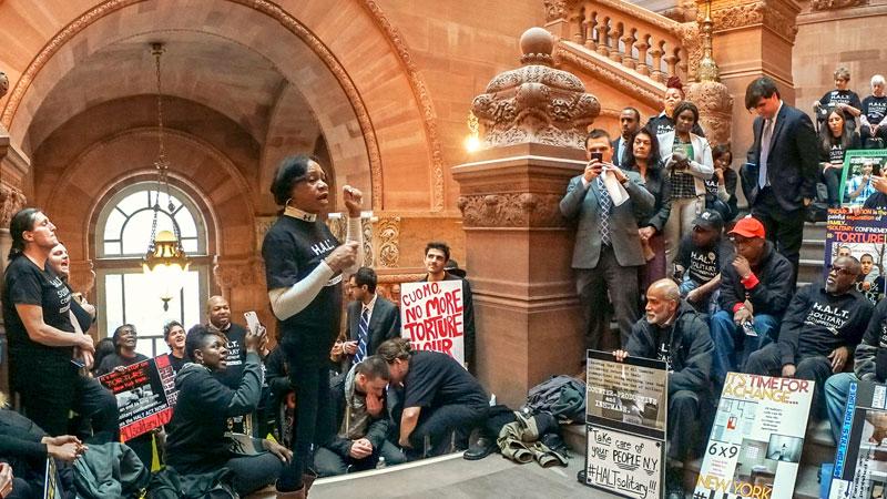 Miembros del grupo Roc/ACTS y otros que participan en un día de cabildeo en Albany el 13 de marzo se unen en la Gran Escalera de la capital del estado.