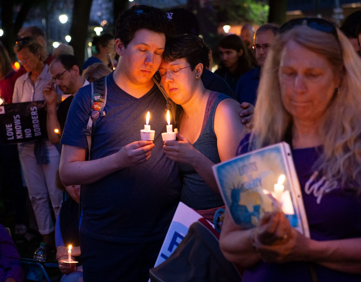 "Se observa un momento de silencio durante ""Lights for Liberty: A Vigil to End Human Concentration Camps"" en Washington Square Park en Rochester el 12 de julio."