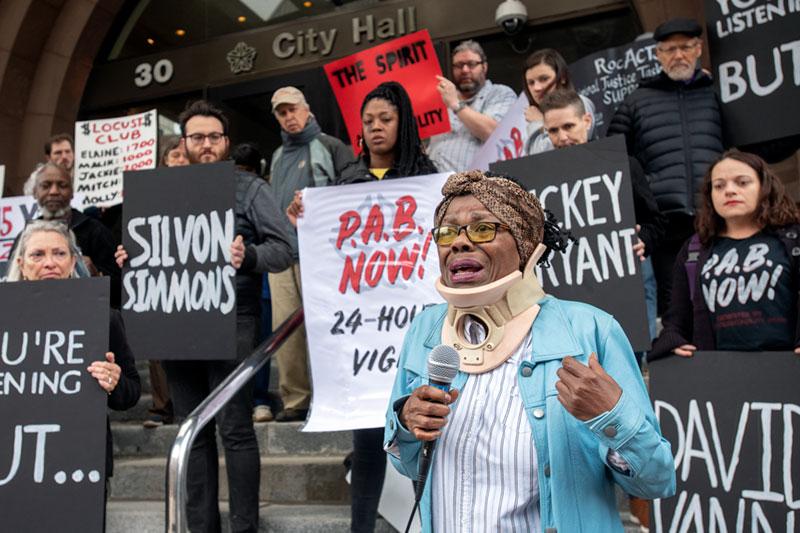 Fuera del ayuntamiento de Rochester el 2 de mayo, Phyllis Harmon habla durante una rueda de prensa y vigilia de todo el día en apoyo de una junta de responsilbilidad de la policía que se compone enteramente de civiles.