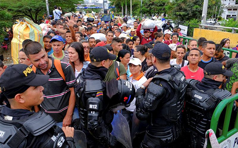 La policía antidisturbios de Colombia bloquea el camino hacia el lado colombiano para los venezolanos que intentan cruzar la frontera colombiana-venezolana en Cucuta el 2 de abril. Dos líderes católicos de los Estados Unidos dicen que su nación debe otorgar el estatus de TPS a los venezolanos que huyen de los disturbios, la violencia y la escasez.