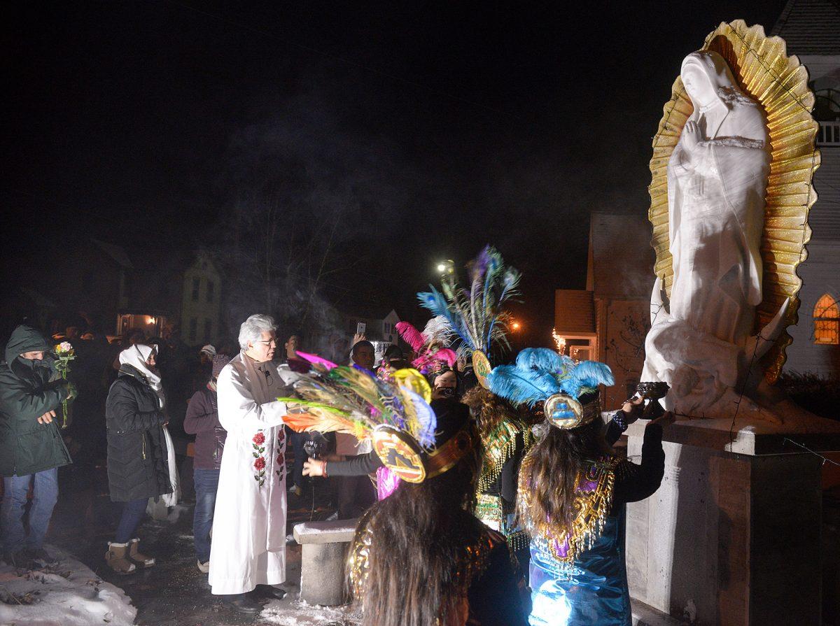 El Padre Jesús Flores bendice una estatua de Nuestra Señora de Guadalupe fuera de la Misión de Nuestra Señora de Guadalupe en Marion el 12 de diciembre.