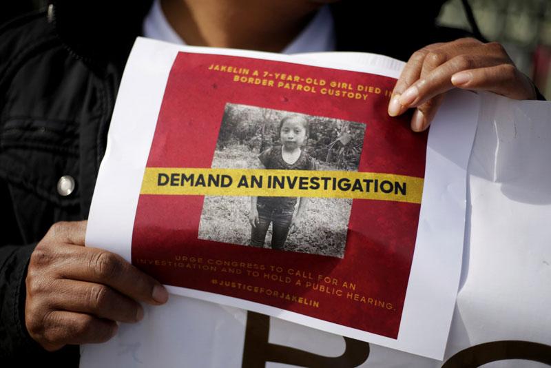 Policías guatemaltecos le dan agua a un niño que viaja con otros migrantes centroamericanos a los Estados Unidos el 19 de diciembre.