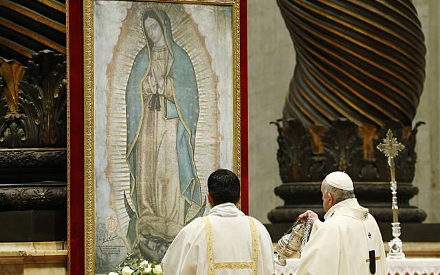 El Papa Francisco inciensa una imagen de Nuestra Señora de Guadalupe