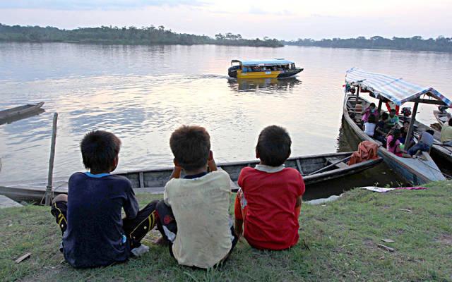 Niños miran barcos