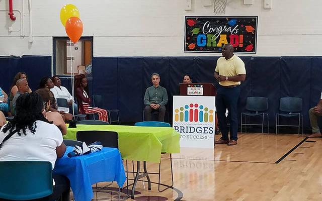 El Dr. Leonard Brock habla durante la segunda graduación de Bridges el 19 de julio de 2019. (Foto cortesía de Katherine Grant) El Dr. Leonard Brock habla durante la segunda graduación de Bridges el 19 de julio de 2019. (Foto cortesía de Katherine Grant)
