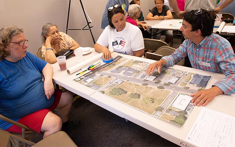 Michael Damico, de la compañía de arquitectura Stantec, lidera una discusión en el Centro de Defensa Padre Tracy el 27 de junio sobre las mejoras propuestas al paisaje urbano del vecindario El Camino de Rochester.