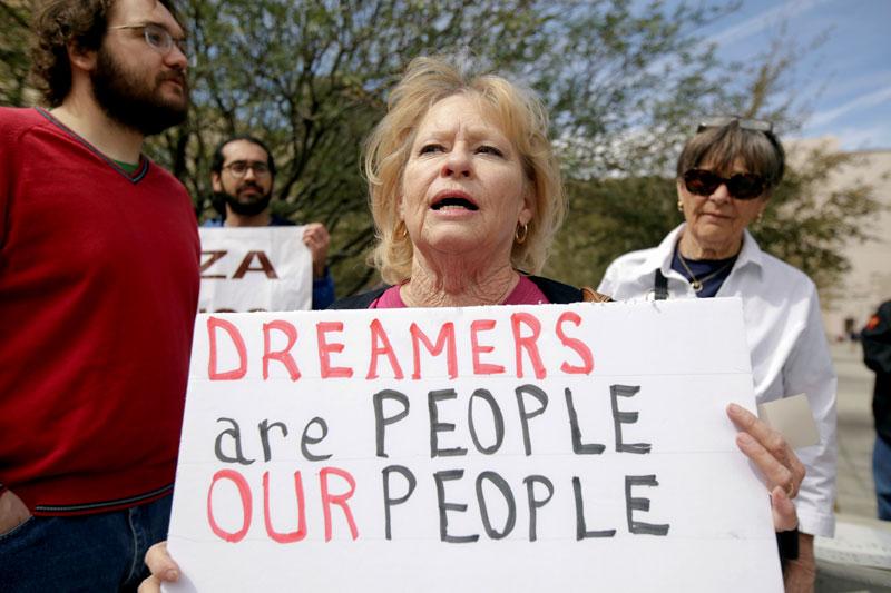 """Miembros de la Red Fronteriza por los Derechos Humanos, Soñadores de la Frontera y Alianza Juvenil protestan frente a la corte federal de los Estados Unidos en El Paso, Texas, el 5 de marzo. El letrero dice que """"Los Soñadores son Personas, Nuestra Gente."""""""