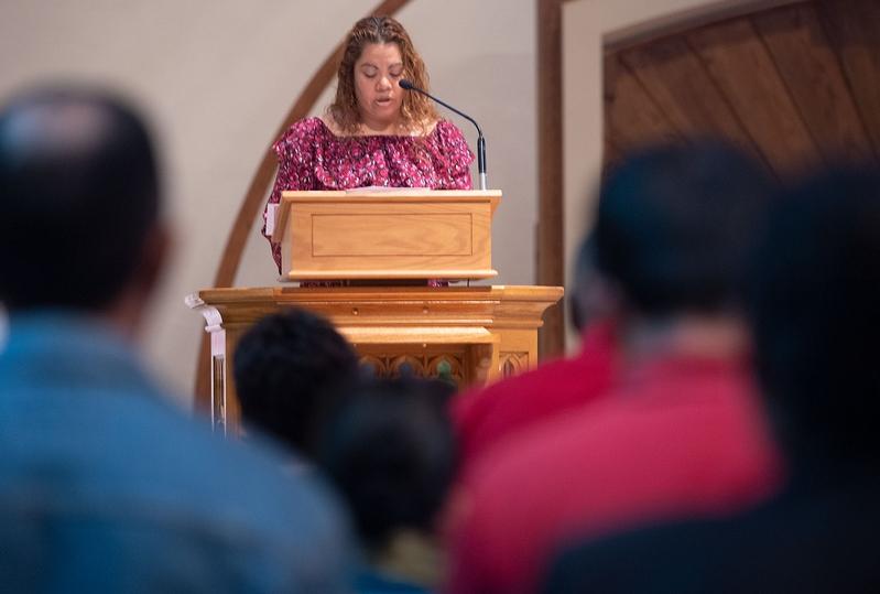 Myrna Hernández-Lopez lee las peticiones de los fieles en la Iglesia de la Natividad de la Santísima Virgen María en Brockport el 8 de septiembre durante una Misa de bienvenida par los trabajadores agrícolas migrantes.