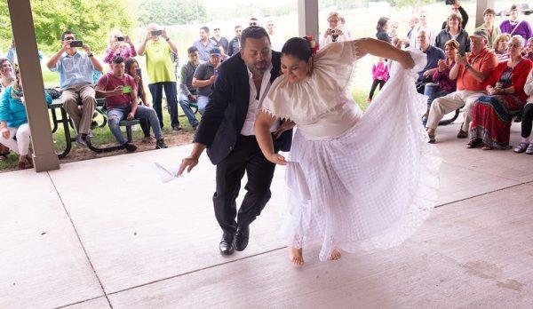 Susan Diaz y Francesco DiGrazia interpretan un baile tradicional latinoamericano.
