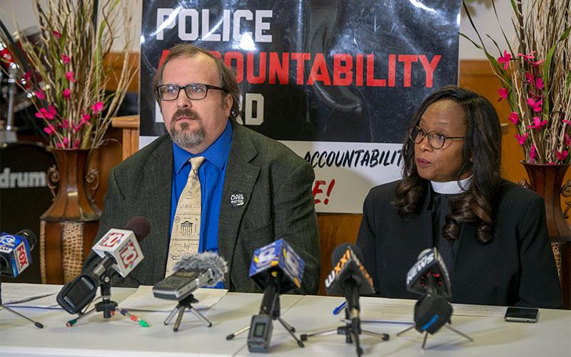 Ted Forsyth y la Pastora Wanda Wilson de la Alianza de la Junta de Responsabilidad de la Policía conducen una rueda de prensa para discutir su insatisfacción con la propuesta de la Alcaldesa Lovely Warren para un proceso de revisión civil.