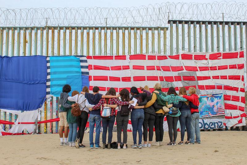 """Estudiantes de la Universidad de San Diego toman un momento para reflexionar el 4 de marzo en el Parque de la Amistad en México durante el """"descubrimiento de primavera de Tijuana """", una experiencia alternativa de vacaciones de primavera patrocinada por el ministerio del campus."""
