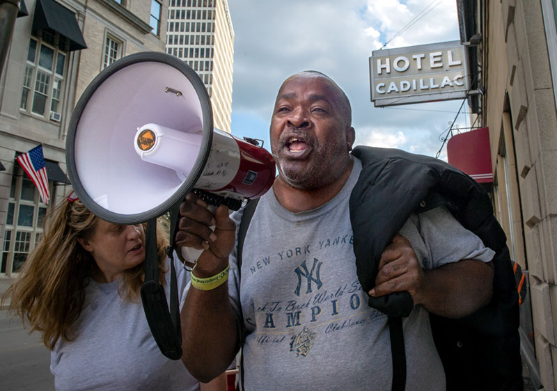 Un manifestante encabeza una marcha.
