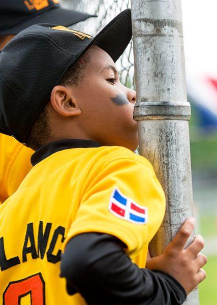 Wendell Esteve Polanco Fabián observa el juego desde el banco.