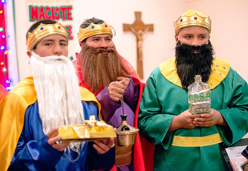 Miguel Resendiz (desde la izquierda), Gerardo Mendoza y José Castro interpretan los papeles de los Tres Reyes Magos durante una Misa celebrada el 3 de enero en la Misión de Nuestra Señora de Guadalupe.