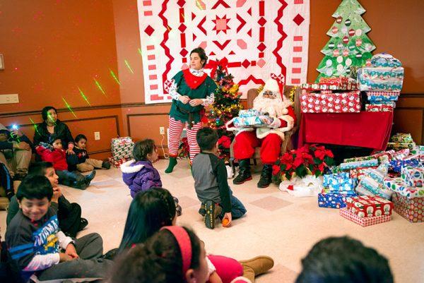 Santa Claus distribuye regalos durante la fiesta de Navidad celebrada el 10 de diciembre en El Centro en Brockport. El evento fue auspiciado por la Coalición de Agencias de Servicio a Trabajadores Agrícolas de Nueva York Occidental.