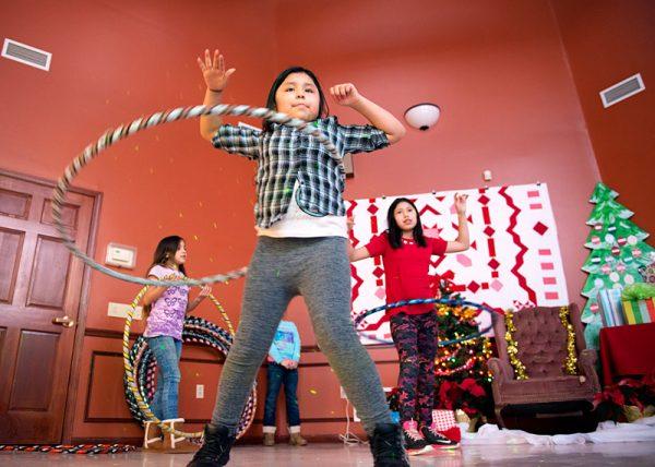 Michelle Lauro usa el Hula-Hoop en la pista de baile durante la fiesta.