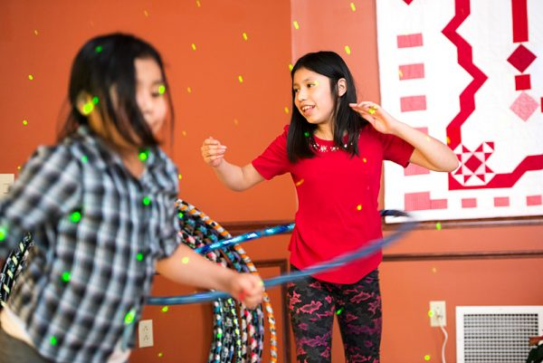 Jennifer Lauro usa el Hula-Hoop durante la fiesta.