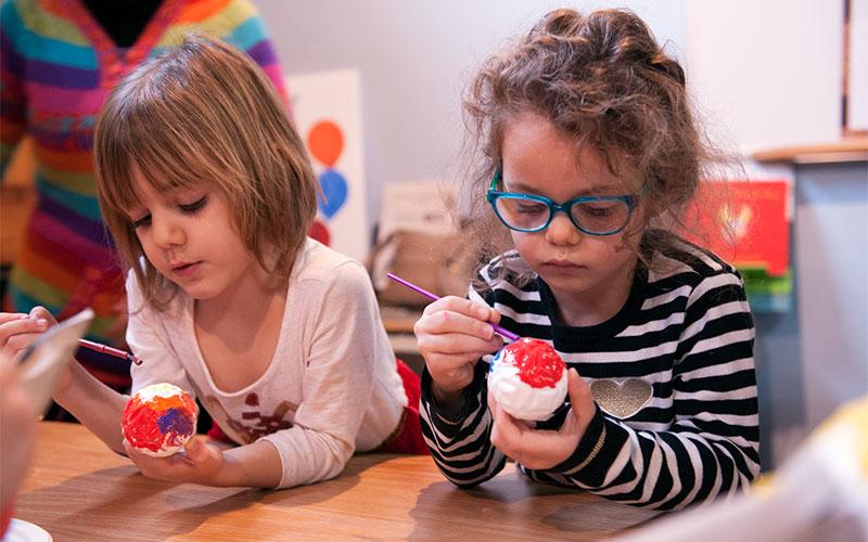 Everleigh Lake, de cuatro años (izquierda), y Brynlee Herford, de 5 años, pintan piezas de piñata en Hipocampo Books en Rochester el 14 de diciembre.
