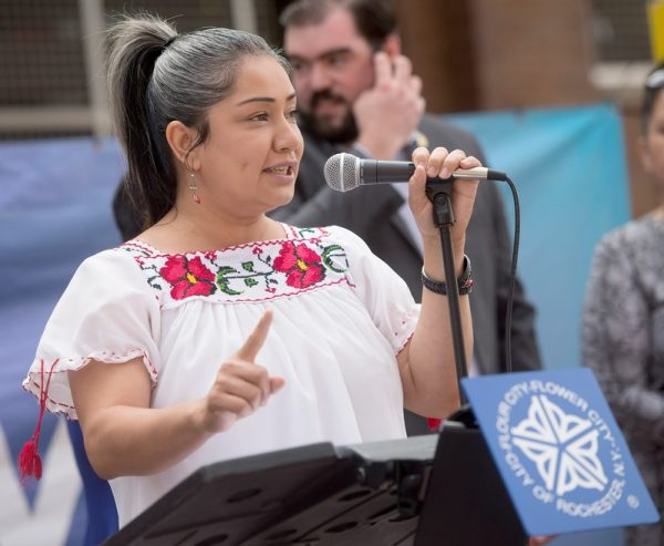 Jackie Ortiz, miembro del Concejo de la Ciudad, se dirigió a la multitud frente al ayuntamiento de la ciudad de Rochester el 15 de septiembre para comenzar el Mes de la Herencia Hispana.(Foto EMC por John Haeger)