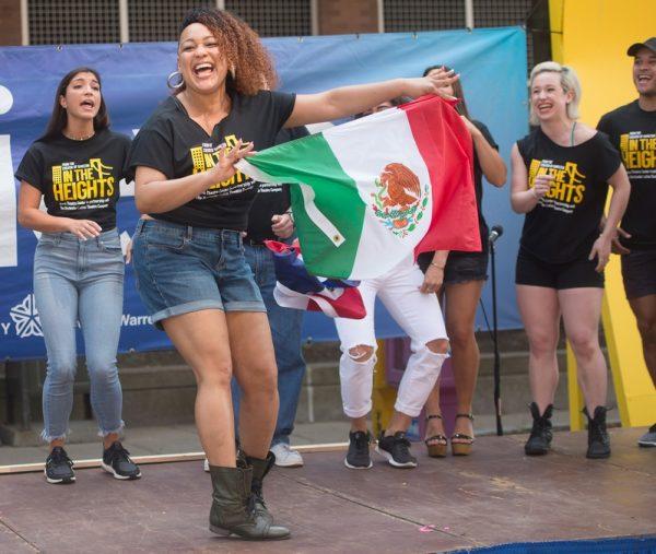 """Miembros del elenco de """"In the Heights"""" actúan frente al ayuntamiento de la ciudad de Rochester el 15 de septiembre para comenzar el Mes de la Herencia Hispana. (Foto EMC por John Haeger)"""