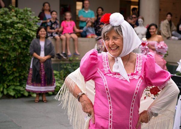 Pakita Vicente-Tamarin está vestida en un traje tradicional de España como parte de una exhibición de textiles y arte en vivo de durante el Día de la Familia del Mes de la Herencia Hispana/Latina en la Galería de Arte Memorial el 8 de octubre.