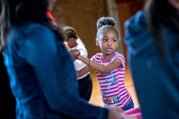 Celeste Gibbs de seis años de edad participa en una clase de baile durante el Día de la Familia del Mes de la Herencia Hispana/Latina en la Galería de Arte Memorial el 8 de octubre.