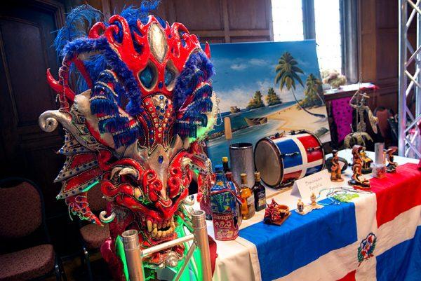Una mesa con elementos culturales de la República Dominicana fue una de las muchas que estaban en exhibición durante el Día de la Familia del Mes de la Herencia Hispana/Latina en la Galería de Arte Memorial el 8 de octubre.