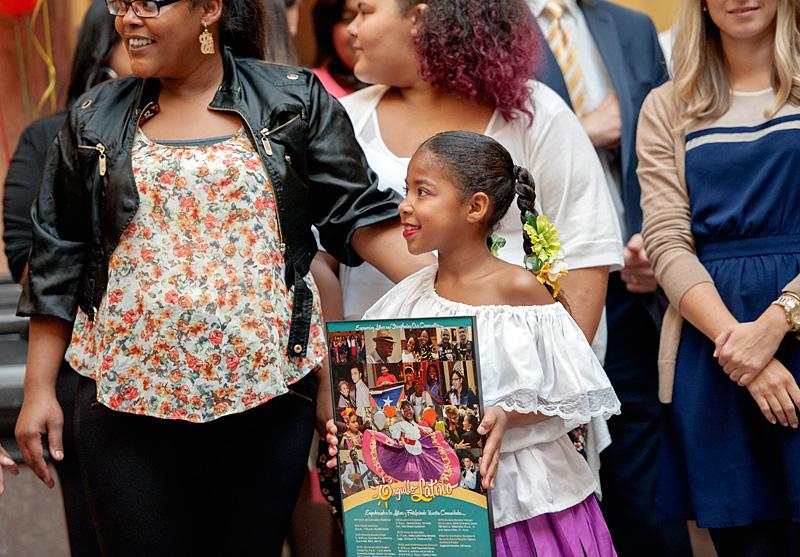 El imagen de Yunaizys Pumarejo (entro), que esta en el tercer grado, aparece este año en el poster del Mes de la Herencia Cultural Hispana.