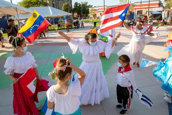 Grupo Cultural Latinos en Rochester baila con música de los Mambo Kings durante un evento especial de apertura del Mes de la Herencia Hispana en La Plaza Internacional en Rochester el 16 de septiembre