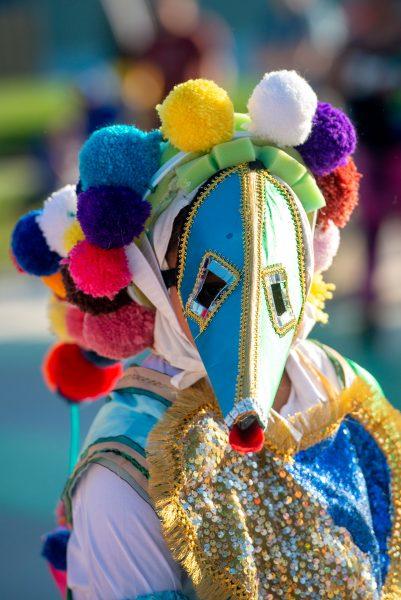Una bailarina enmascarada actúa con Grupo Cultural Latinos en Rochester.