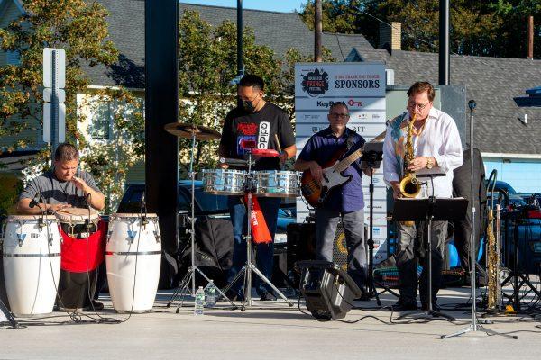 Los Mambo Kings actúan en el escenario de La Plaza Internacional.