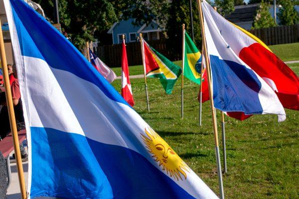 Banderas que representan a países latinoamericanos rodean el área del escenario en La Plaza Internacional.
